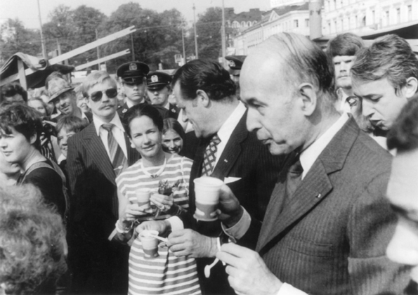 3.6.1980<br>Ranskan presidentti Valéry Giscard d'Estaing vaimoineen. Tilaisuuden isäntänä keskellä vuorineuvos Gay Ehrnrooth.<br><i>French President Valéry Giscard d'Estaing with wife. In the middle the parties host, captain of industry, Gay Ehrnrooth</i>